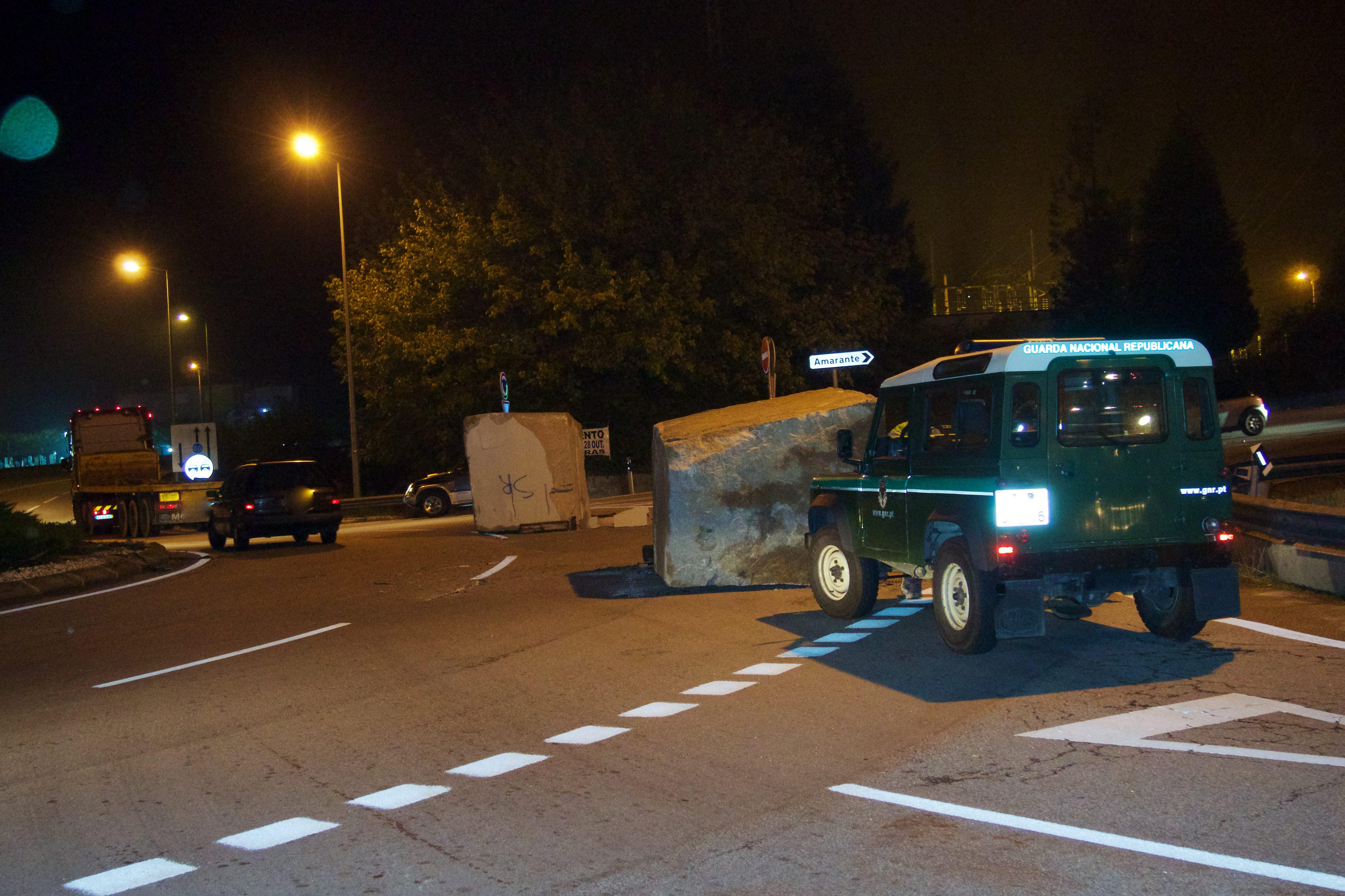 Duas pedras de granito de grande porte caíram de um camião na rotunda da Ponte de Pego em Amarante EN15