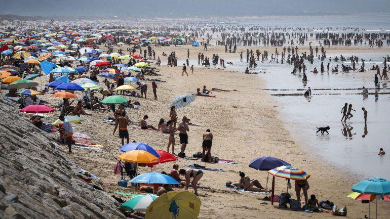 Uma enchente nas praias da Costa da Caparica para aproveitar um domingo de sol