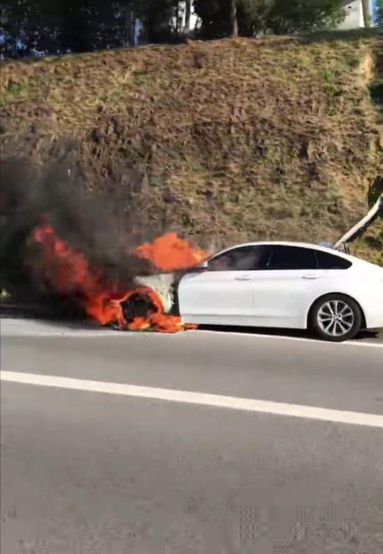Carro consumido pelas chamas na A4 em Paredes