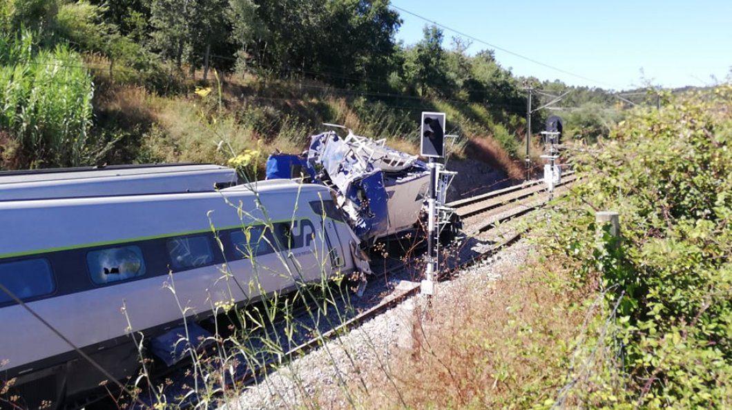 Comboio Alfa descarrila após embater  em veículo veículo da IP e terá a provocado a morte de dois trabalhadores