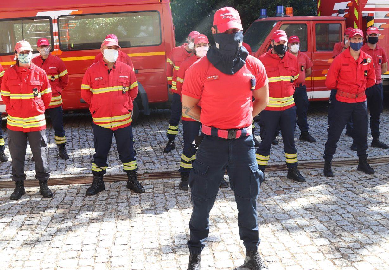 Bombeiros com novas máscaras de proteção