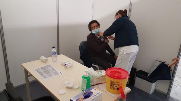 Vacina contra a Gripe no estacionamento do Centro de Saúde de Baião