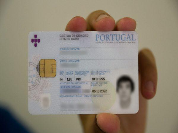Consulados de Portugal na Suíça renovam Cartão de Cidadão e enviam-no para casa
