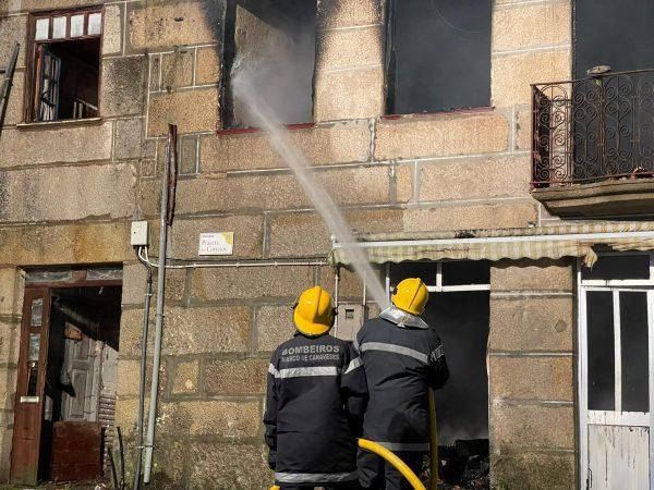 Incêndio destrói duas habitações na Feira Nova